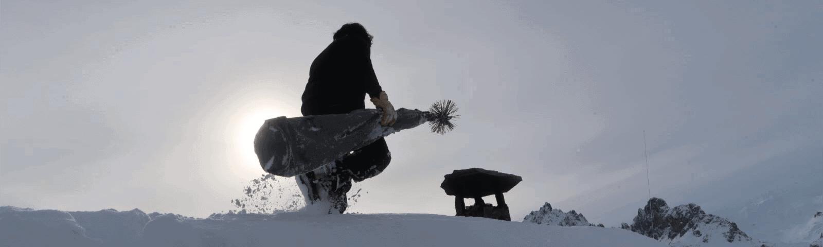 entretien de conduit de cheminée sous la neige, ramoneur